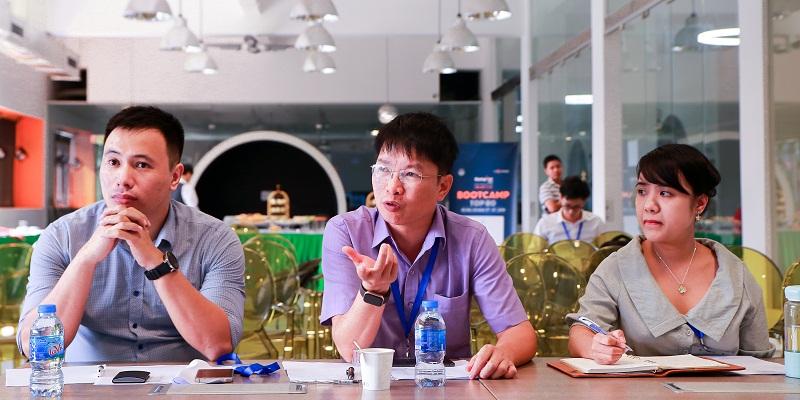 Ms Hồng Trang  - Tổng giám đốc Công ty CP đào tạo kỹ năng tài chính EDUBELIFE, ngồi cạnh  Mr Nguyễn Tiến Trung - Chủ tịch Công ty Cổ phần Tư vấn và Đầu tư Khởi nghiệp Quốc gia (NSCI), Đồng sáng lập Sông Hàn Incubator - đang phỏng vấn các Founders trong cuộc thi Startup Việt 2019 do Báo điện tử VnExpress tổ chức