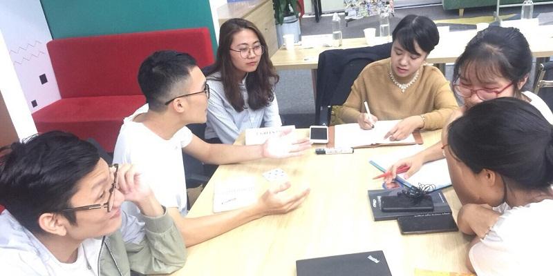 Ms Hồng Trang & founders của GreenLife trước ngày thi